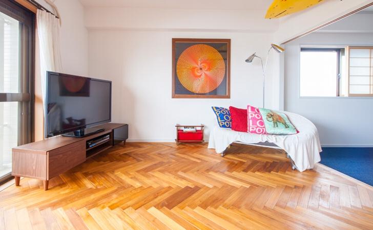 個性的な空間を演出!ヘリンボーン(矢羽貼り)フローリング床材の特徴